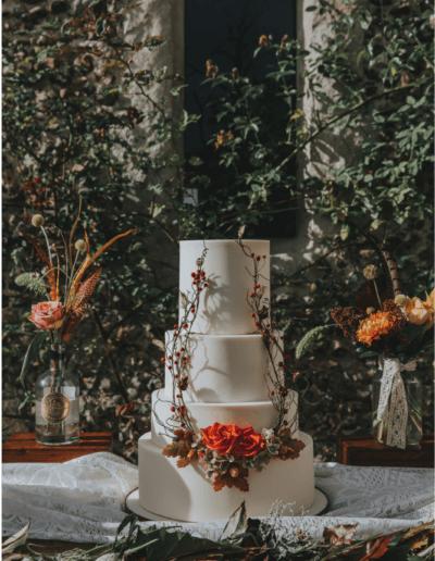 Autumnal wedding cake twigs berries acorns roses